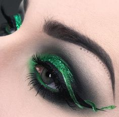 Mascara allows you to darken and extend your eyelashes to true movie starlet glamour, and forms the central piece of many women's make up bags. Get the most from this essential bit of make up kit with these three essential mascara tip Makeup Goals, Love Makeup, Makeup Inspo, Makeup Art, Makeup Inspiration, Makeup Tips, Beauty Makeup, Makeup Ideas, Smokey Eye Makeup