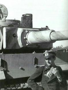 German Tiger I Tank and Commander. Early model Tiger as evident by the commanders coupula and gun mantlet. Tiger Ii, German Soldiers Ww2, German Army, Mg 34, Ferdinand Porsche, Ww2 Photos, Ww2 Pictures, Military Drawings, World History