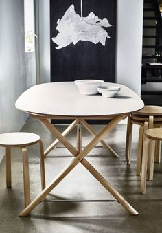 This DALSHULT/SLÄHULT table combination brings a clean, modern look to the room. Made with solid birch legs and an easy to clean melamine surface, it's a perfect blend of style and durability.