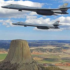 Rockwell bombers Ellsworth AFB, SD flying next the Devils Tower in Wyoming Military Jets, Military Aircraft, Air Fighter, Fighter Jets, Avion Jet, Bomber Plane, B1 Bomber, Stealth Bomber, Travel Photographie
