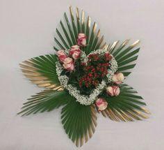 Composizione Cecilia Valentine Flower Arrangements, Funeral Floral Arrangements, Creative Flower Arrangements, Tropical Flower Arrangements, Church Flower Arrangements, Valentines Flowers, Church Flowers, Funeral Flowers, Leaf Crafts