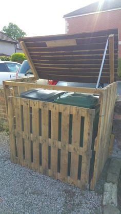 This Pallet Garbage Bin Storage Shed is a simple and budget-friendly way to hide those unsightly cans, and to keep your pets away from the trash! You only need three pallets and two hours to make your own. Build your own Pallet Garbage Bin by selena Pallet Storage, Storage Shed Plans, Storage Bins, Outdoor Storage, Pallet Shelves, Bin Storage Ideas Wheelie, Cheap Storage Sheds, Pallet Cabinet, Pallet Playhouse