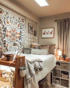33 Awesome College Bedroom Decor Ideas And Remodel - 33 Bedroom Design Ideas - Dorm Room Cozy Dorm Room, Dorm Room Walls, Cute Dorm Rooms, Girl Dorm Rooms, Girls Bedroom, Indie Dorm Room, Preppy Dorm Room, Dorm Room Desk, Cute Teen Rooms