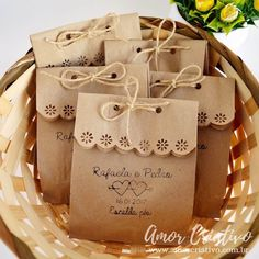 Scalloped edge with twine or ribbon. Embalagens para Lembrancinhas: 29 Ideias Criativas com Passo a Passo Diy Paper Bag, Paper Gift Bags, Paper Gifts, Cookie Packaging, Soap Packaging, Packaging Ideas, Homemade Gifts, Diy Gifts, Wedding Favours