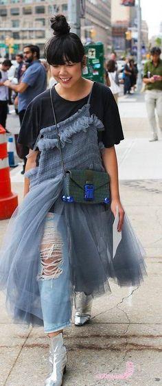 Tendência de vestido sobre jeans total street style.