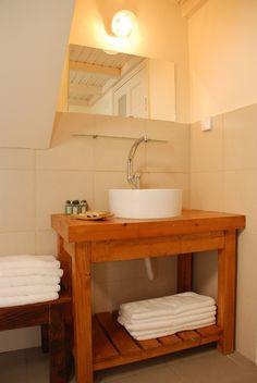 חדר אמבט מאובזר ונעים, עם סבון ושמפו טבעיים תוצרת הערבה Bathroom at Kelems Wooden cabins in the middle of Arava desert with natural soap and shampoo made in Arava.