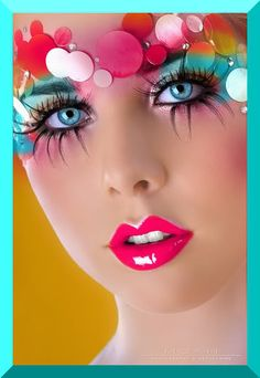 Blue/pink eyeshadow, fake eyelashes and the cutest, pink lipgloss. Love it!