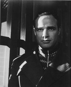 Marlon Brando photographed by Cecil Beaton, 1954 Marlon Brando, Charlie Chaplin, Vintage Hollywood, Classic Hollywood, Hollywood Men, Vanity Fair, Beautiful Men, Beautiful People, Magazine Vogue