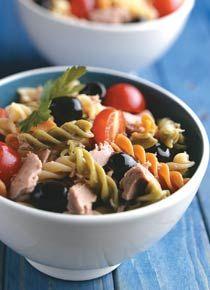 Salada Tricolore -• 100 g de macarrão parafuso tricolore  • 5 tomates-cereja cortados ao meio  • 5 azeitonas pretas  • Folhas de salsa