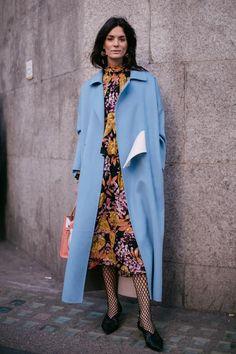 Street style à la Fashion Week automne-hiver 2017-2018 de Londres : manteau long bleu clair