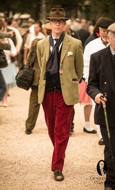 Gentleman with hat, sportscoat, silk scarf and red corduroy slacks @ The 2012 Goodwood Revival 1940s Fashion, Vogue Fashion, Pop Fashion, Fashion 2020, Fashion Trends, Goodwood Revival, Style Anglais, Country Attire, Country Wear