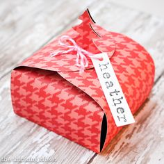 Create your own Christmas Tree Gift Boxes out of paper!  Perfect for stocking stuffers, co-worker gifts, jewelry, or even a gift at each place setting for Christmas dinner.  Grab your FREE printable template at thinkingcloset.com