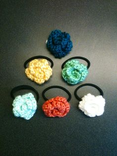 Crochet Flowers free crochet pattern: how to make crochet flower hair bands Crochet Hair Bows, Crochet Puff Flower, Crochet Hair Accessories, Crochet Flower Patterns, Crochet Hair Styles, Crochet Flowers, Crochet Headbands, Crochet Gifts, Cute Crochet