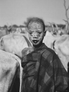 fotojournalismus:    Dinka child. Cattle camp of Wutliet, near the Gel River. Southern Sudan, 2006.  [Credit :Sebastião Salgado]