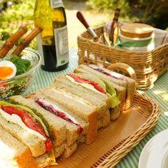 外へピクニックに行くにもトレイと一緒にいくと便利。 軽くて、壊れにくく、持ち運び便利なトレイは外でも活躍間違いなし! Picnic, Sandwiches, Table Settings, Bread, Food, Style, Swag, Brot, Essen