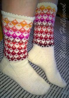 Taas lenkkineuletta, mutta toisella tavalla... Netin syövereistä löysin kuvan tästä neuleesta, mutta unohdin laittaa ylös lähteen. Siis ku... Knitting Stitches, Knitting Socks, Hand Knitting, Knit Socks, Cozy Socks, Mittens, Stitch Patterns, Free Pattern, Slippers