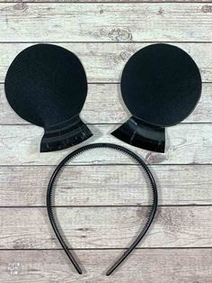 Make these DIY Minnie Mouse ears or DIY Mickey Mouse ears with paper plates and five minutes! Perfect for kids dress up or a last minute Halloween costume! Diy Mickey Mouse Costume, Mickey And Minnie Costumes, Mickey Mouse Headband, Adult Disney Costumes, Frozen Costume Adult, Mickey Mouse Ears Headband, Couple Halloween Costumes For Adults, Couple Costumes, Woman Costumes