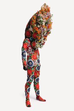 """Nick Cave - Série """"Soundsuits""""  Référence proposée par Barbara Verhaeghe, thérapeute spécialisée dans l'accompagnement des personnes souffrant de boulimie, hyperphagie, anorexie, orthorexie, phobie alimentaire.  www.pleinement-soi.com"""