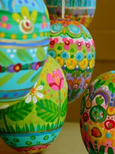 motleyholidays:  Pretty Painted Easter Eggs, from polkadotponie