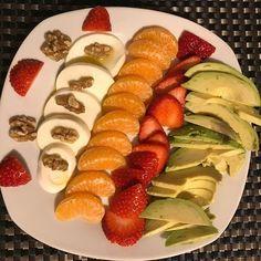 Sopar lleuger i nutritiu per encarar una nova setmana!  Maduixes mandarines alvocat formatge fresc i nous  . . #diet #dietasana #lifestyle #fruita #fruit #cheese #avocado #dinner #healthy #healthyfood #food #foodie #healthylifestyle