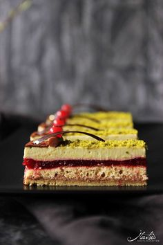 Pistachio slices Sicily – Maren Lubbe – Delicious delicacies – Famous Last Words Mini Desserts, Spring Desserts, Trifle Desserts, Dessert Simple, Desserts Printemps, Patisserie Design, Dessert Oreo, Dessert Presentation, Dessert Recipes For Kids