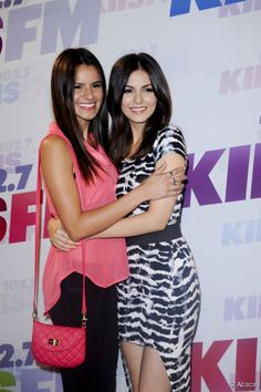We wanted to freak the freak out when we saw singer and actress Victoria Justice and what looked like her double on the red carpet at the Wango Tango concert. Famous Sisters, Beauty Magazine, Victoria Justice, Loreal Paris, Red Carpet, Louis Vuitton, Singer, Skin Care, Actresses