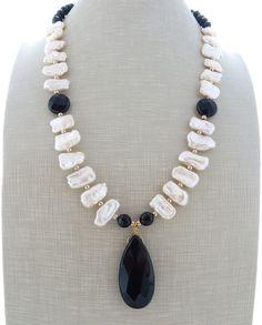 Collana con perle biwa rosa, onice nero e cristalli, pendente pietre dure bijoux