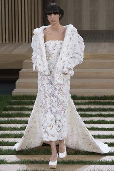 Mica Arganaraz en robe de mariée lors du défilé Chanel haute printemps-été 2016