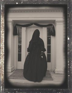 Lady in mourning during the Victorian era. Notice the black bunting over the door. Remember almost every home in America was affected by loss during the Civil war, If a husband or son did not die a cousin or nephew did Antique Photos, Vintage Photographs, Old Photos, Vintage Photos, Mourning Dress, Paranormal, Funeral, Portraits Victoriens, Zombies