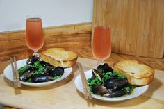 How to Cook Mussels in Garlic White Wine Sauce...totally making this tonight with some pei mussels!