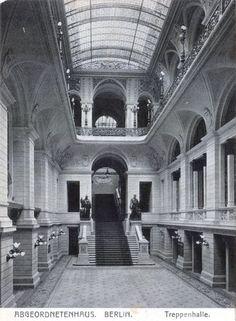 Treppenhalle im Berliner Abgeordnetenhaus. Berlin, um 1900. o.p.