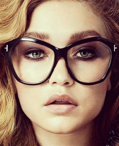 Too much eyeshadow is the most common mistake for eye makeup when wearing glasses + video tutorials. Cool Glasses, Glasses Frames, Lunette Tom Ford, How To Do Eyeshadow, Tom Ford Eyewear, Oversized Glasses, Clip On Sunglasses, Fashion Eye Glasses, Womens Glasses