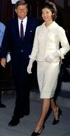 Nadire Atas on Jacqueline Bouvier Kennedy Onassis Jackie O Camelot Jack and Jackie Kennedy Jacqueline Kennedy Onassis, Jfk And Jackie Kennedy, Jackie Oh, Les Kennedy, Jaqueline Kennedy, Carolyn Bessette Kennedy, Die Kennedys, First Ladies, Estilo Fashion