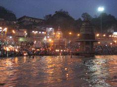Ceremonia del Aarti en Haridwar al anochecer. Haridwar es una de las 7 ciudades sagradas de India por donde transcurre el Ganges. Un Ganges limpio que está a unos 100 km. del nacimiento puro del mismo: el Gangotri