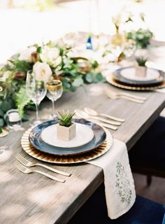 Italian inspired wedding table: http://www.stylemepretty.com/2014/10/28/romantic-navy-italian-inspired-wedding/ | Photography: Ashley Bosnick - http://ashleybosnick.com/ & Tracy Enoch - http://www.tracyenochphotography.com/