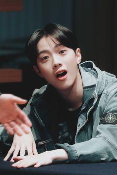Wanna-One - Lai Guanlin Guan Lin, Ji Sung, Parks, Korean Boy Bands, Korean Name, Lai Guanlin, Meme Center, Produce 101 Season 2, Ong Seongwoo