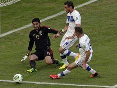 El arquero de México, Jesús Corona, izquierda, ataja un remate del jugador de Italia, Claudio Marchisio, derecha, en un partido en la Copa Confederaciones el domingo, 16 de junio de 2013, en Río de Ja