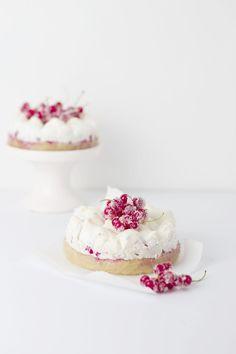 red currant mini meringue cakes