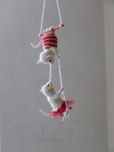 Souris acrobates en laine feutrée piquée.                              …