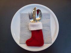 Met rode en witte fleece kun je dit bestek-kerstsokje maken. Nodig: restje rode fleece restje witte (knuffel)fleece wit g...