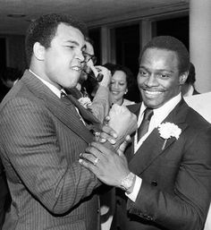 Two of the Greatest: Muhammad Ali and NFL Walter Payton! Laila Ali, Walter Payton, Veronica, Muhammad Ali Boxing, Kentucky, Float Like A Butterfly, Sport Icon, Sports Figures, Sports Stars
