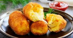 Few genuine ingredients, a little imagination and this is a delicious dish to serve to your friends. Potato croquettes with heart of mozzarella are perfect for a starter, or to accompany seconds. Crispy and tasty, you'll lose count of how many you'll eat! Tapas, Fingers Food, Potato Croquettes, Croquettes Mozzarella, Vegetarian Recipes, Cooking Recipes, Good Food, Yummy Food, Salty Foods
