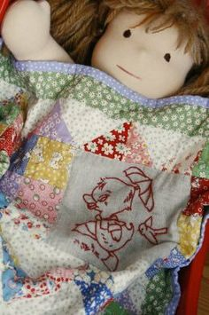 Such a sweet doll quilt Colchas Quilt, Doll Quilt, Quilt Bedding, Small Quilts, Mini Quilts, Baby Quilts, Patchwork Quilting, Quilting Ideas, Quilt Patterns
