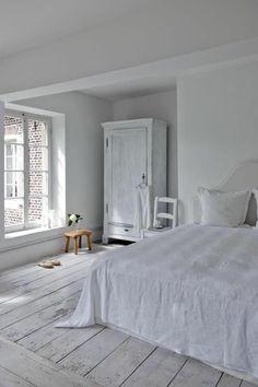 parquet blanc, chambre à coucher toute blanche