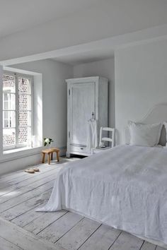 marina in blue from Jerez: Inspired by white - Inspirada por el blanco White Wall Bedroom, White Rooms, Home Bedroom, Bedroom Decor, Bedrooms, Room Interior, Interior Design Living Room, Living Room Designs, Vintage Inspired Bedroom