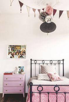 Intérieur Alexandra Nicolas de Royal Roulotte deco chambre enfant petite fille rose vintage et gris lit fer forgé commode rose fanion decoration murale