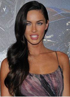 How to Look Like Megan Fox. Megan Fox is consistently ranked one of the sexiest women in the world. Her pouty lips, strong eyes, and sultry smirk have become iconic. Megan Fox Sexy, Megan Denise Fox, Megan Fox 2009, Stunning Women, Most Beautiful Women, Megan Fox Haircut, Celebrity Hairstyles, Girl Hairstyles, Bridal Hairstyles