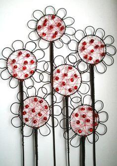 Zápich květina Květina je z černého žíhaného a červeného měděného drátu, na který jsou navléknuty skleněné korálky. Květina je široká cca 8x8 cm a vysoká 32 cm. Na okně, při denním světle, krásně vyniknou barevné korálky. Zápich se hodí do květináčů, suchých vazeb a různých dekorací.