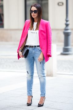 Blazer and jeans: ZARA | T-shirt: SHEINSIDE | Belt: H&M | Shoes and clutch: SAINT LAURENT | Sunglasses: CHANEL