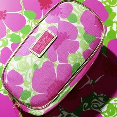 Lilly Pulitzer cosmetic case NWT Brand New with zipper still. Standing tall and proud and blooming with color, poppies are bold little flowers. Drawing inspiration from bright dreams and poppy-filled fields, the Lilly Pulitzer In Bloom print cosmetic bag Zip closure on top with Estée Lauder signature zip puller, fully lined with nylon, golden tone piping around both sides of bag Approx. 8.5 x 4.25 x 2.25 Bags Cosmetic Bags & Cases